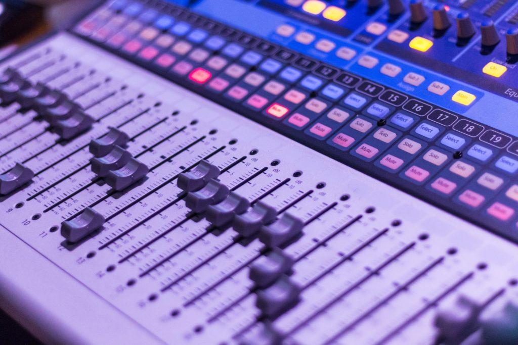 イコライザーは音域ごとに音量をいじれる機材・プラグイン