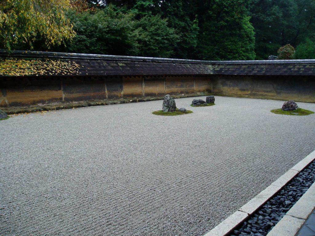 枯山水庭園は、砂と石で自然を表現する日本庭園。